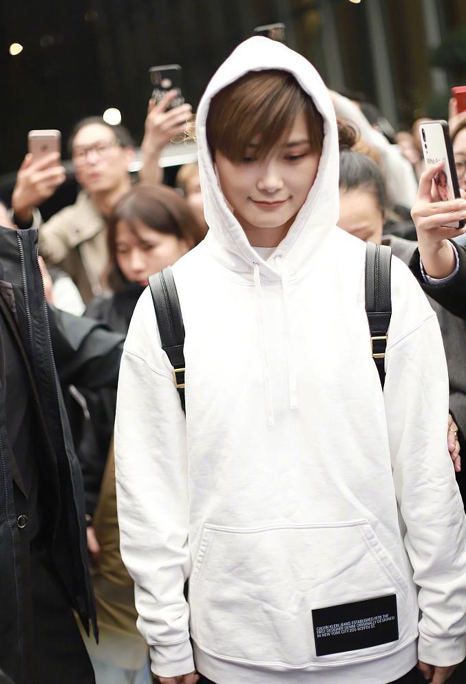 李宇春真有范,戴白卫衣的帽子引发围观,她又潮又美难怪会成焦点