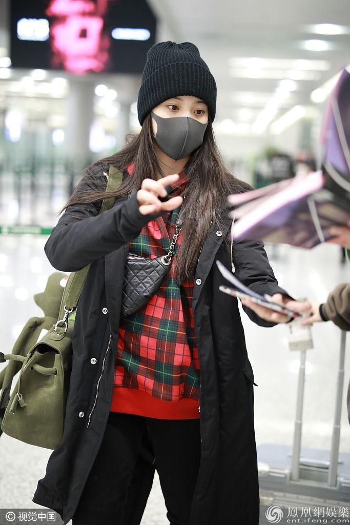 欧阳娜娜戴口罩帽子实力保暖  比剪刀手合影迷弟亲和力max