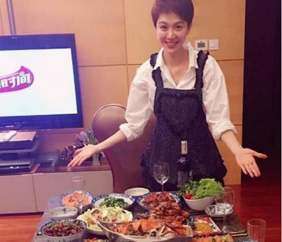 晒晒姜妍现实中住的家,在家做满桌子都是菜,能进厨房能出厅堂