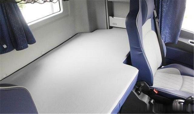 重卡绅士,带双卧铺+平地板,自重仅8.8吨,底盘内饰全升级