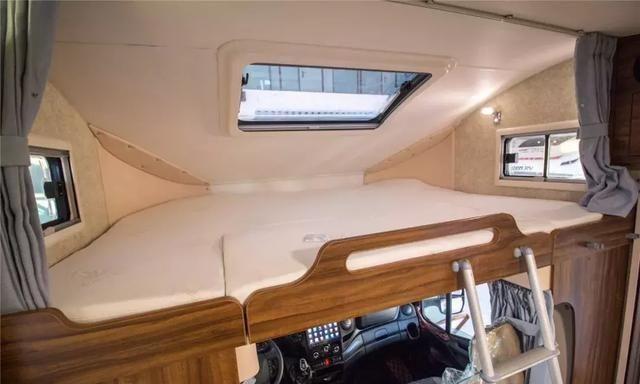 这款自动挡房车可容纳6人,实木地板家居,堪比五星级酒店!