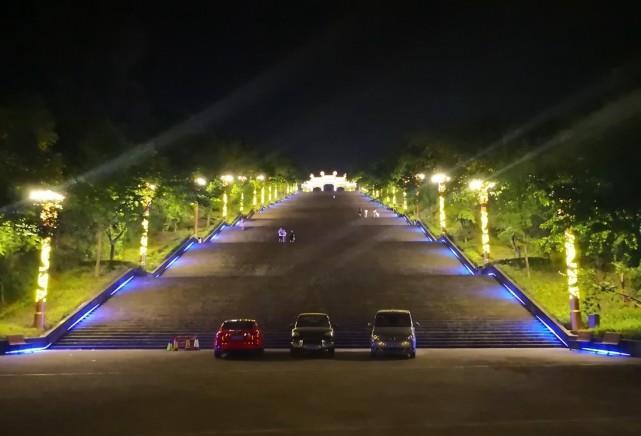云阳有一个十级梯,它是世界上最长的人造石梯,它的夜景更美!