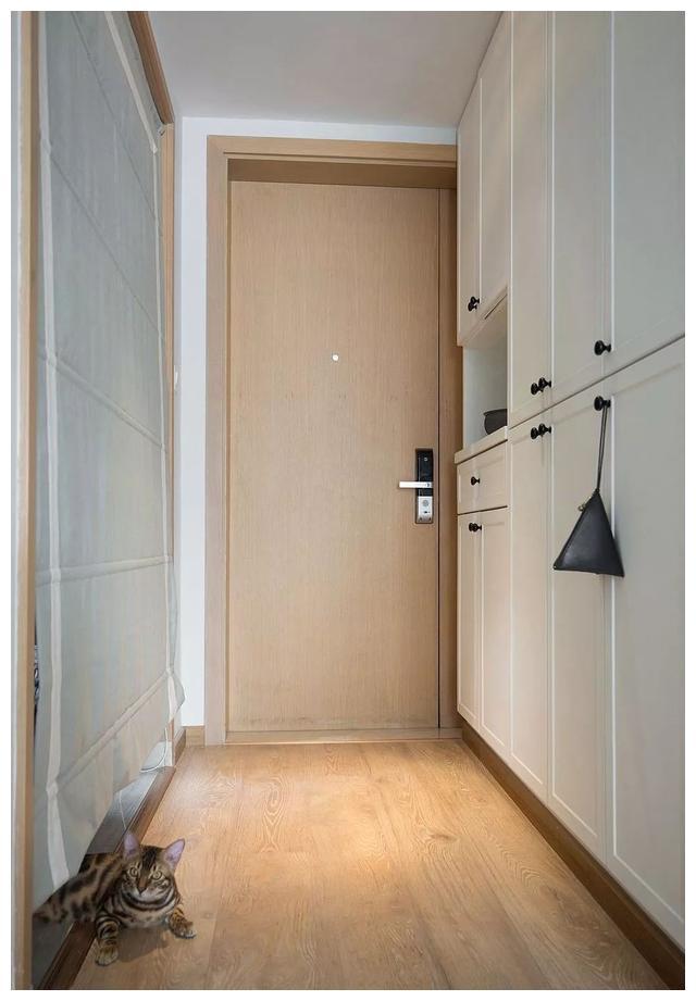 70㎡北欧2室2厅,巧用半高隔断化解主卧床对卫浴门的尴尬感