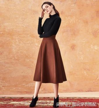 黑色高领长袖针织衫配焦糖色A字半身裙,脚踏高跟鞋,优雅还经典