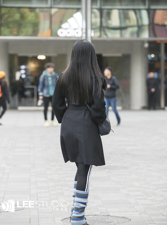 街拍;这年头露一截袜子才叫时髦!最新街拍示范鞋袜如何搭