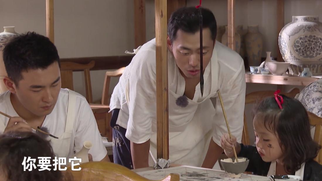 《最强大脑》王昱珩出现在亲子节目里,化身国师传授陶瓷课程