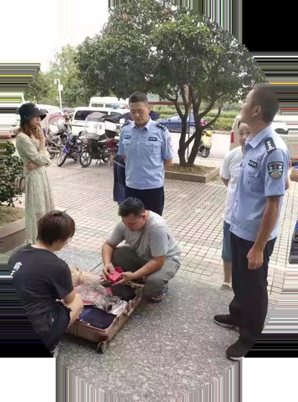 湖北崇阳:粗心乘客错拿箱包 民警火速帮忙找回