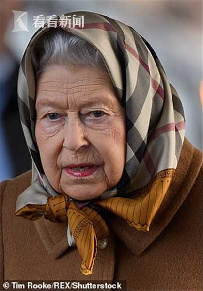 英女王戴头巾城堡内散步 被不明真相美国游客拉住:你见过女王吗