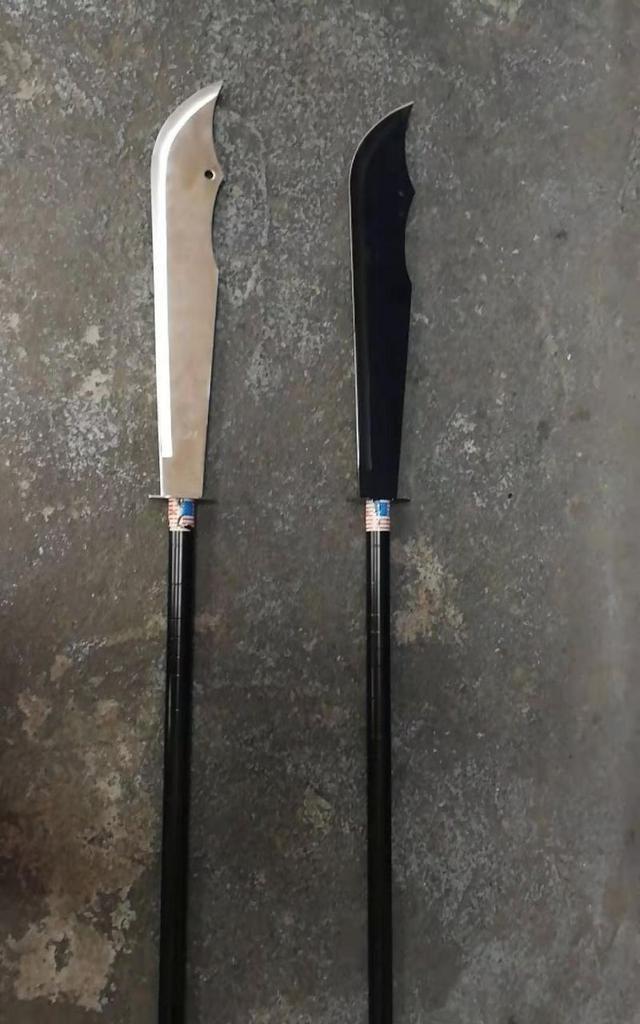 点赞!柳江区两名环卫工人发现两把管制刀具主动上缴