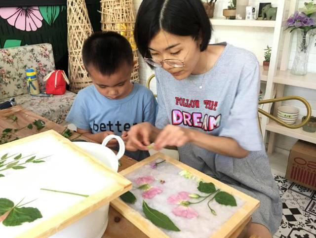 粘土画、扎染、花草纸……沿江亲子大手小手协作工艺品