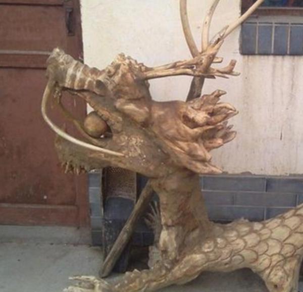 """老大爷山上捡回一根""""奇木"""",随后把它雕刻成一条""""龙"""""""