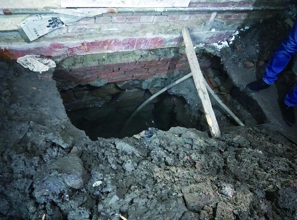 家中返水3个月泡坏地板墙面无奈挖坑24小时抽水