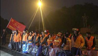 暖心!湖南省汽车租赁协会志愿者为环卫工人送御寒物资