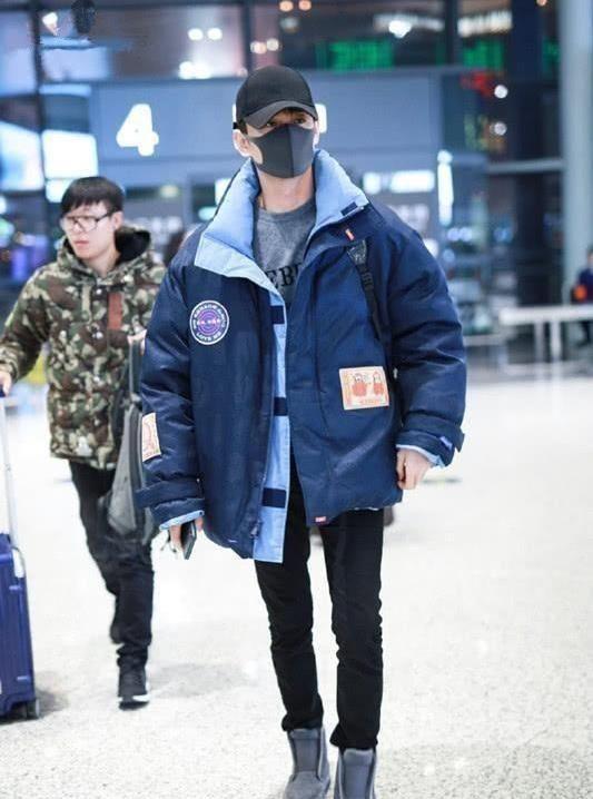 王凯穿羽绒服配休闲裤,脚踩灰色高帮鞋,穿出了最新潮流感