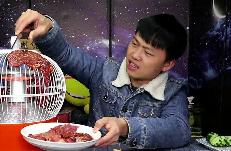 吃货明用奇葩方式烤肉,把牛肉暖炉上放烤,网友:连油漆都吃了