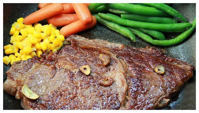 新鲜牛肉40元1斤,10元牛排是啥做的?看到原材料再也不敢吃