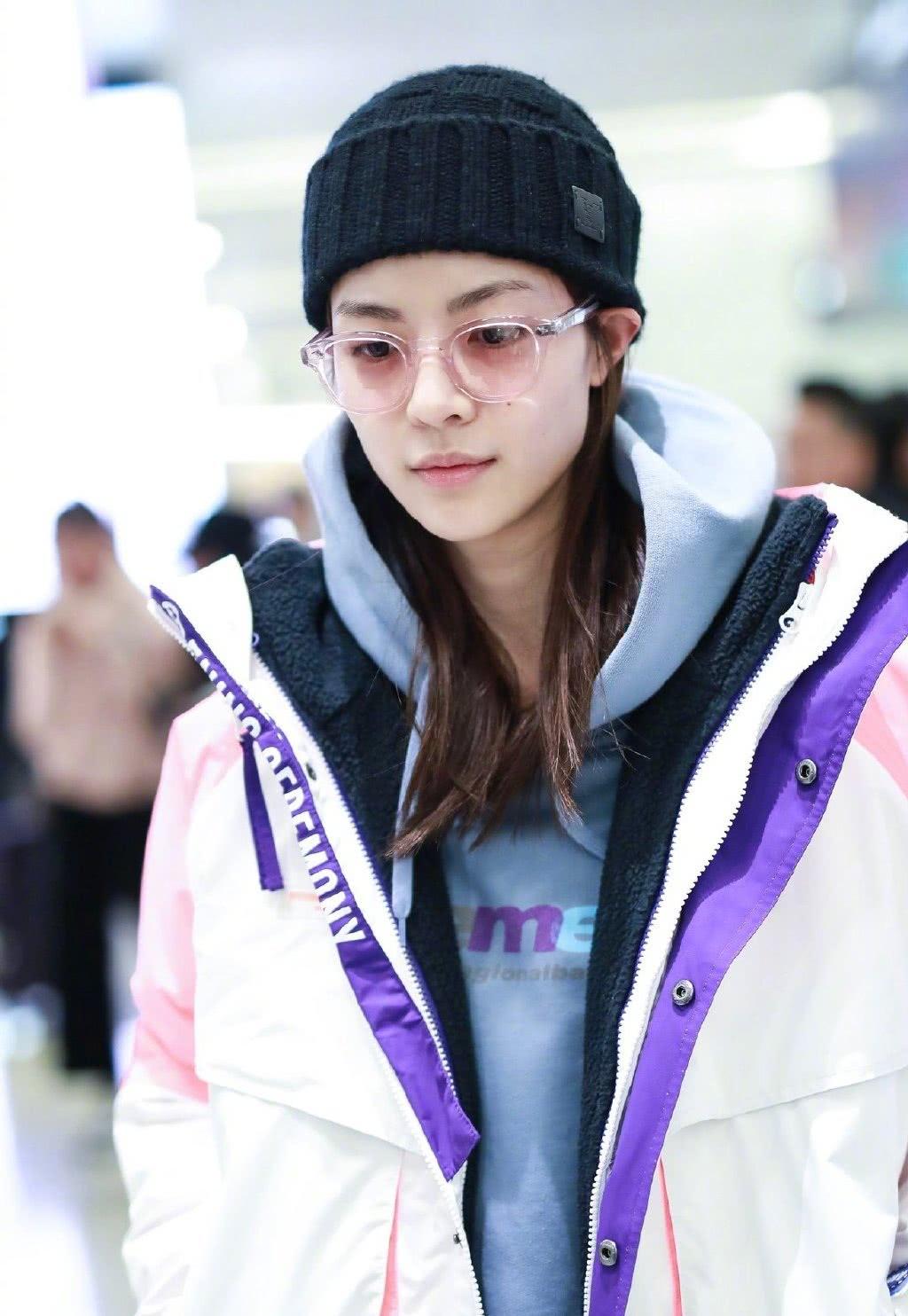 钟楚曦机场私服装扮超酷炫,粉色眼镜加白色运动套装,气场十足