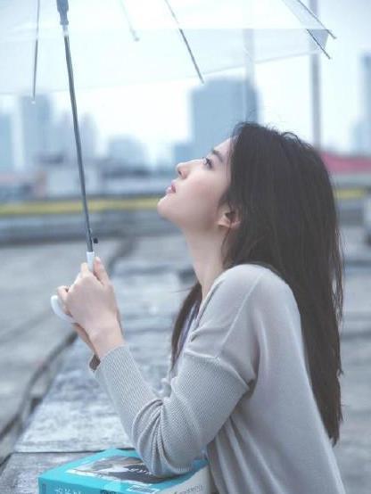 刘亦菲撑雨伞拍写真,满满的青春气息,网友:糟糕,是恋爱的感觉