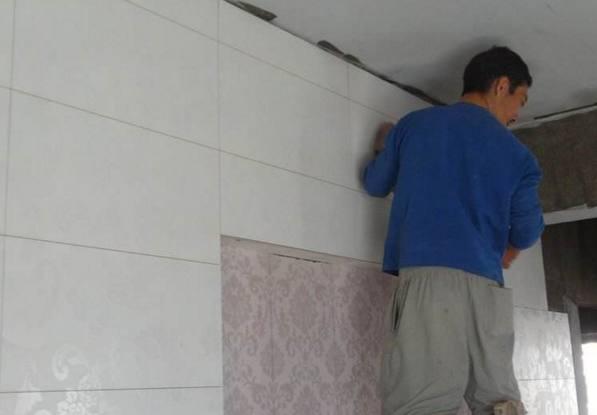 工人把瓷砖贴成这样,让他翻工还顶嘴,说再好手艺也做不来!