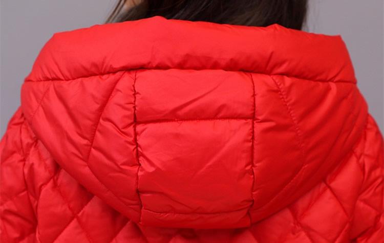"""大年初一拜年,建议70后女人,穿这""""开门红""""羽绒,喜庆又时髦"""