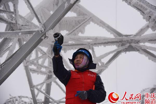 国网重庆电力快速处置冰雪受灾线路