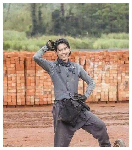 吴彦祖把挖掘机开出了跑车的感觉,吴亦凡搬砖像T台秀