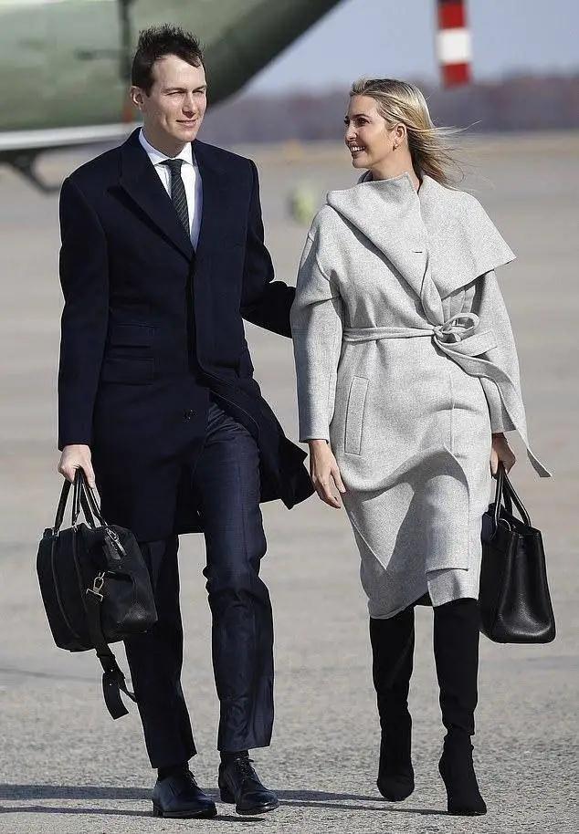 伊万卡一身黑大衣配绑带鞋高级有范,搭围巾更时髦,扎马尾太减龄