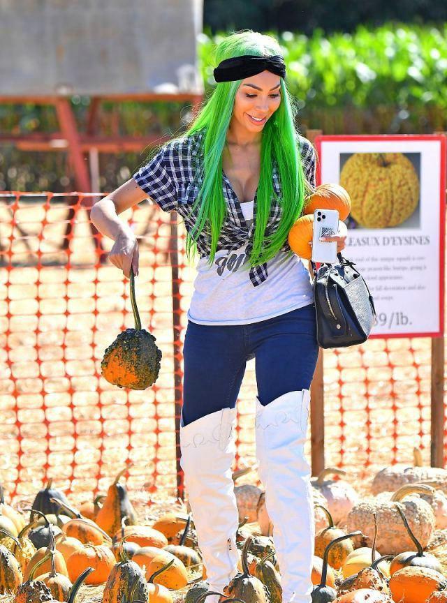 法拉·亚伯拉罕身穿格纹衬衣搭白色牛仔长靴,提手机万博版登录展田园气息