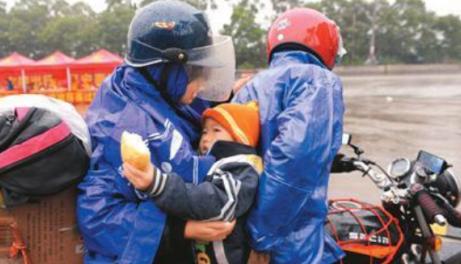 农民工三年骑摩托车返乡,全程一千多里,他们真的不辛苦吗?