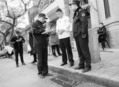 执法人员对问题餐馆发放谈话通知书摄/通讯员 张文侠