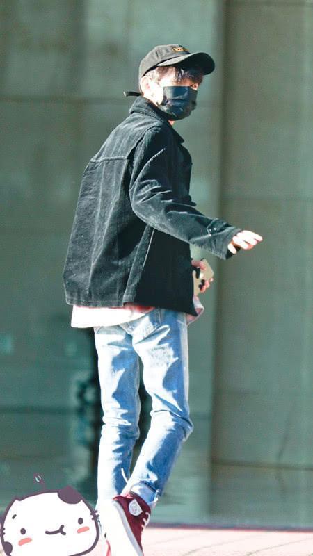 王源穿灯芯绒夹克走机场,内搭格子衬衫,显成熟又有潮味!