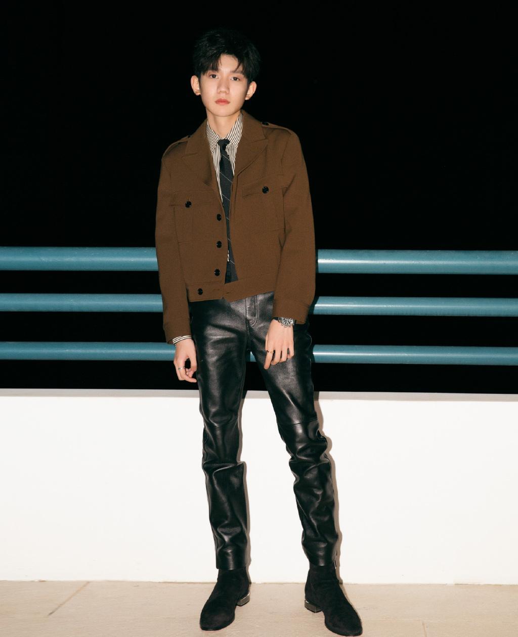 """王源格子衬衫牛仔裤,双腿细如""""竹竿"""",粉丝心疼直喊:多吃点"""