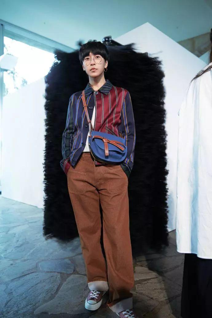 条纹拼接衬衫搭配棕色长裤,时髦恰到好处!