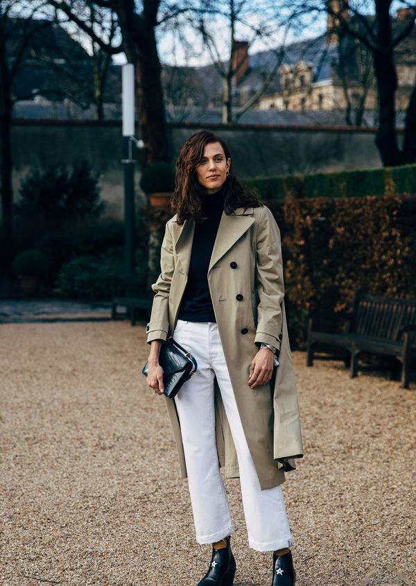 卡其色风衣搭配黑色高领针织衫和白色九分裤