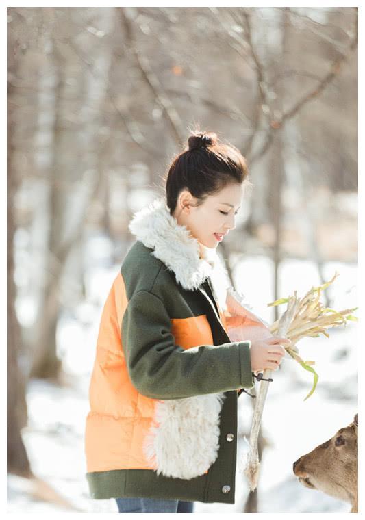 刘涛穿一件毛领大衣,配连帽针织毛衣,新私服大气又高级!