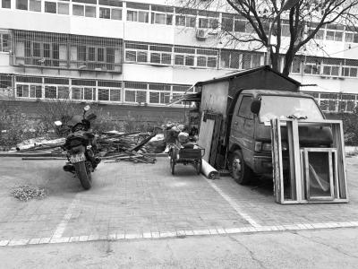 在延庆区南菜园北二区40号楼五单元门前,有一辆农用僵尸车,车主占用小区公共停车位和绿地收废品,影响环境卫生。