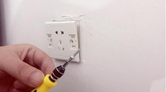 家里插座脱落怎么办,教你1招,自己就能轻松搞定,不用花钱维修