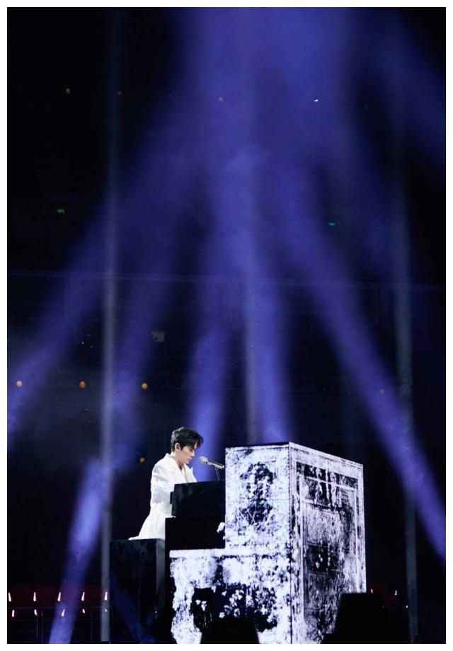 朱一龙太可爱,上场前在助理身上弹钢琴