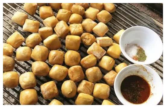 豆腐烤着吃,吃过吗?云南建水烧豆腐,一个烧烤架就能支起一个摊