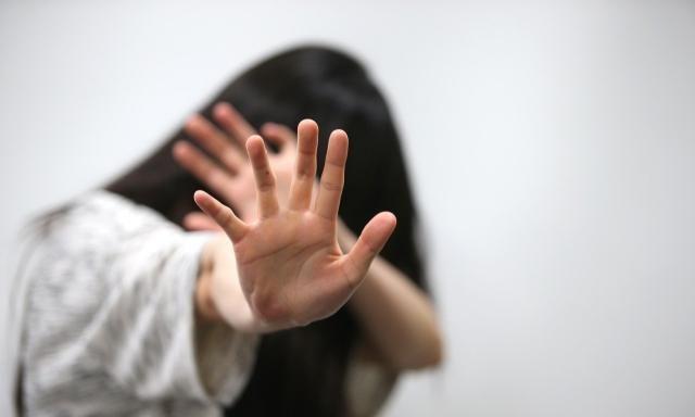 牙医院长肢体碰触、袭胸?年轻女员工控性骚不起诉
