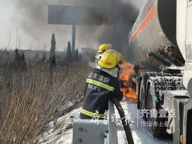 32吨二甲苯槽罐车高速自燃起火,聊城消防紧急处置