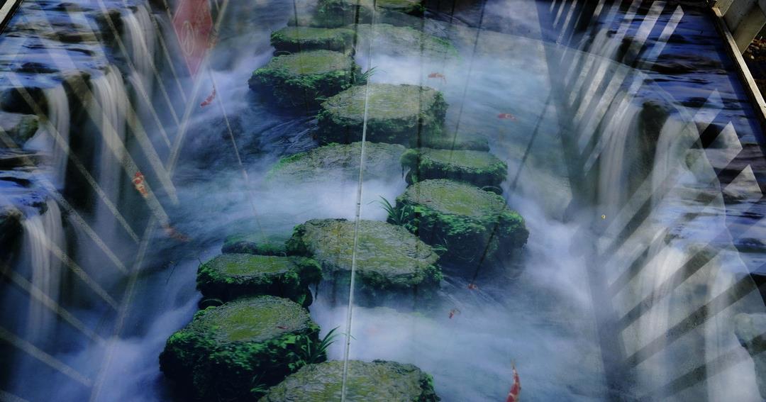 """玻璃吊桥如今流行把桥玩""""坏"""",广西体验5D玩法:有惊无险!"""