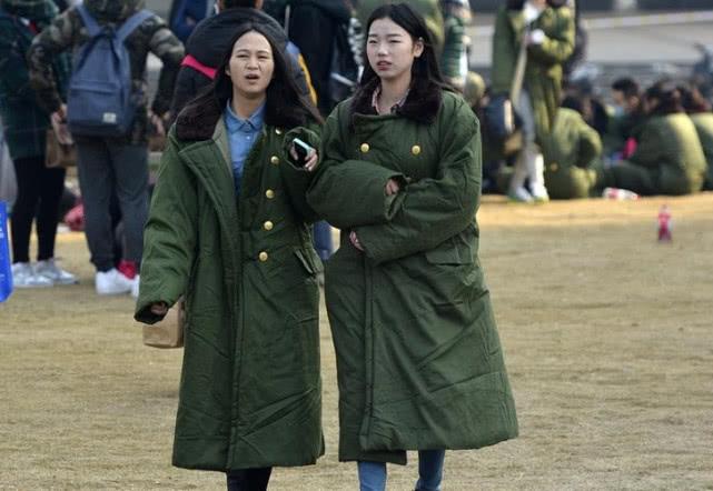 """""""军大衣""""和""""羽绒服""""哪个更防寒?做对了选择,天气恶劣也不怕"""