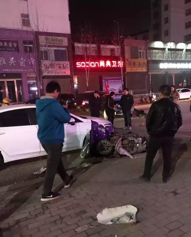 南阳唐河一司机疑似酒驾,连撞两辆电车一辆轿车
