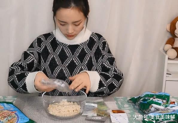 试吃速食食品陕西特产羊肉泡馍, 冲泡出来的羊肉泡馍, 会好吃吗?