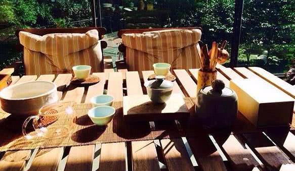 参观丁子峻在香港的家,阳台还能放下一套桌椅,在香港算是豪宅了