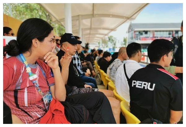 """来汉后广交朋友!秘鲁代表团成员将各种徽章串成""""友谊项链"""""""
