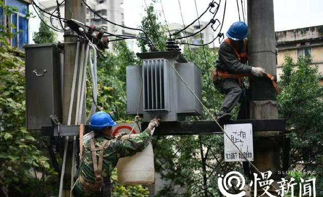 电力工人给他们点赞!16个力哥上142级台阶运送1吨重变压器