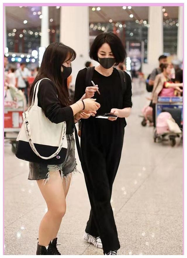 """50岁王菲现身机场,老爹鞋双肩包时尚感十足,相比窦靖童真""""土"""""""
