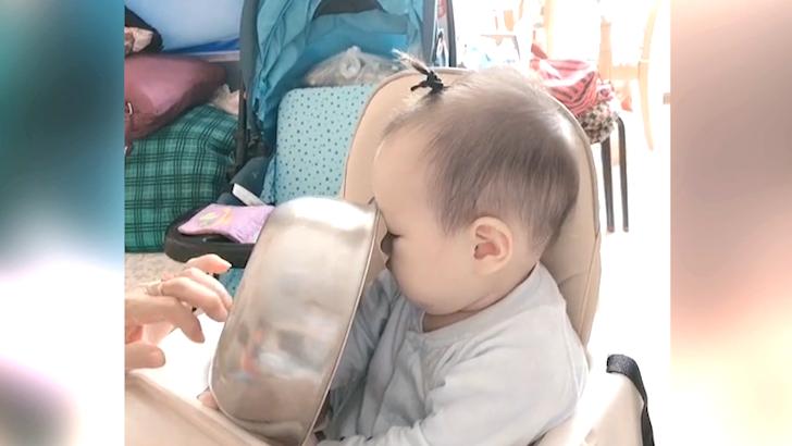 妈妈拿洗脸盆逗宝宝,宝宝吓得不敢动弹,这是怕疼的节奏吗?